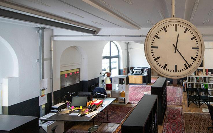 I like Handwerk Büro mit Uhr im Vordergrung